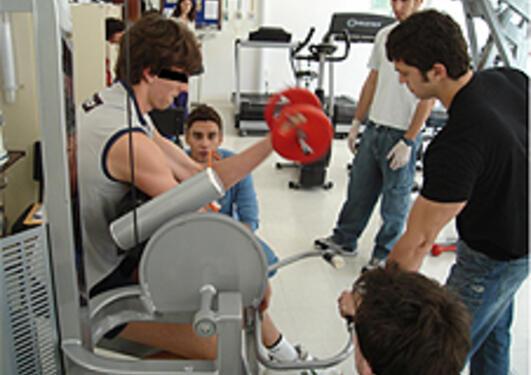 Profesjonelle idrettsutøvere som  tok albubøy med 75 prosent av maksimal...