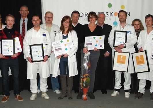 Alle vinnerne samlet med juryformann E. Husebye og forskerskolens leder A....