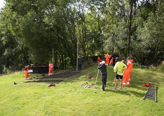På utgravningsfeltet er det funnet spor fra jegerbosetning i steinalderen og...