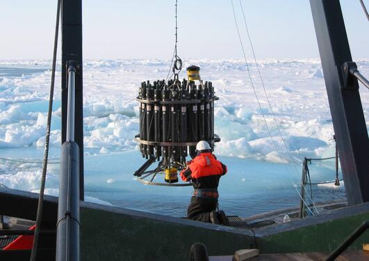 Vannprøver hentes fra ulike havdybder for å måle hvor mye CO2 havet tar opp.