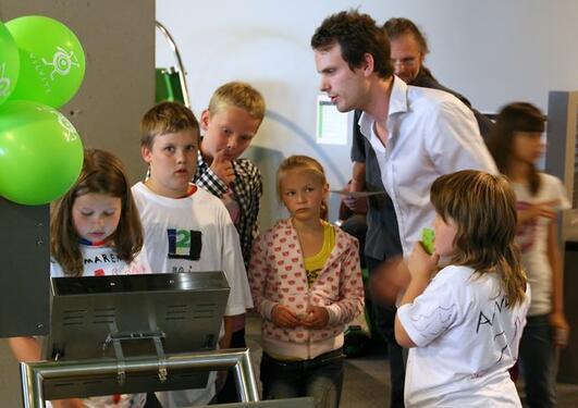 Joakim Knudsen forklarer de interesserte hvordan meldinger kodes og overføres.