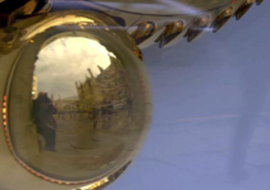 Daniel Apollon  foreviget i refleksjonen av pendelen til den skulpturelle...