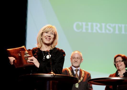 Marit Warncke, administrerende direktør i Bergen Næringsråd, tar imot...