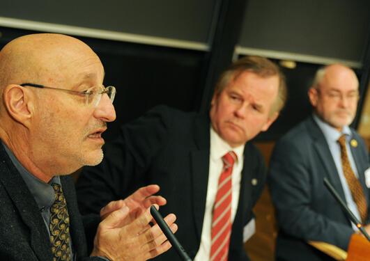 Den argentinske forskeren Silvio Funtowicz var hovedinnleder på Dannelseskonferansen 2011. I bakgrunnen rektor ved UiO, Ole Petter Ottersen, og rektor Sigmund Grønmo.