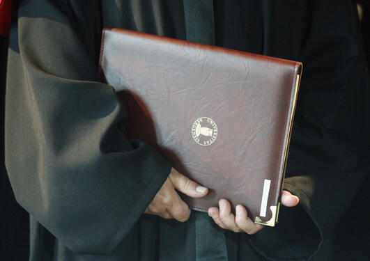 De nye doktorene mottar sine diplomer i Håkonshallen.