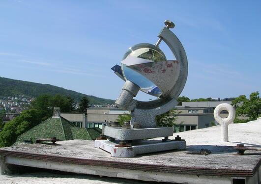 Frå 1952 er timevis solskinstid registrert med ein Campell-Stokes...