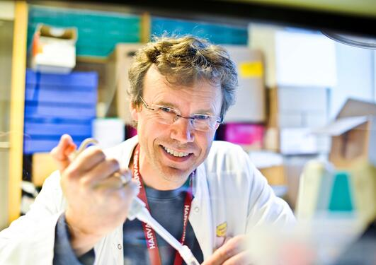 Professor og barnelege Pål Rasmus Njølstad ved UiB forskar på gener som kan...