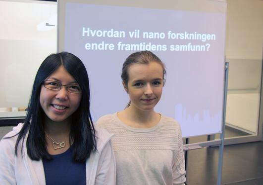 Camilla Tran og Cathrine Thorsnes med sitt prosjektarbeid om nanoteknologi.