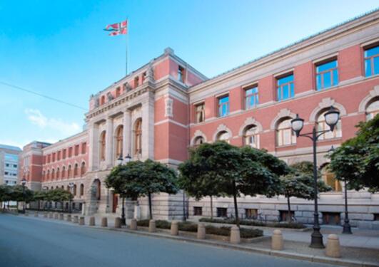 Justisbygningen sto ferdig i 1903. Adressa er Høgsteretts plass 1.