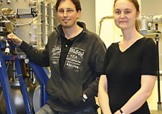 Stipendiat Thomas Reisinger og professor Bodil Holst foran atommikroskopet.