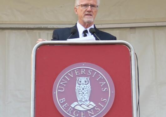 Professor og tidligere statsråd Gudmund Hernes taler til de nye studentene.