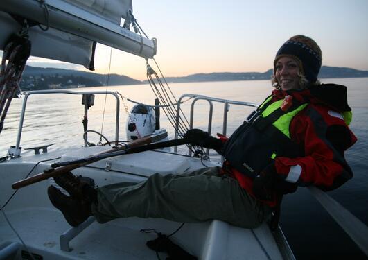 Ulrikke Christina Kjær ved roret på en av BSIs seilbåter.
