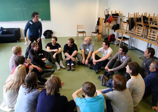 SI JA: Skuespiller Tormod Løvold fra Bergen Impro Laug instruerer fysikerne i...