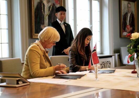 Prinsesse Chulabhorn og prorektor Berit Rokne underskriver samarbeidsavtalen,...