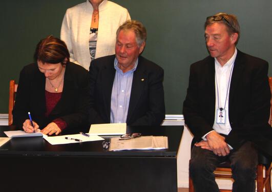 Prodekan Lise Øverås signerer samarbeidsavtalen med UNIS. Kunnskapsminister...