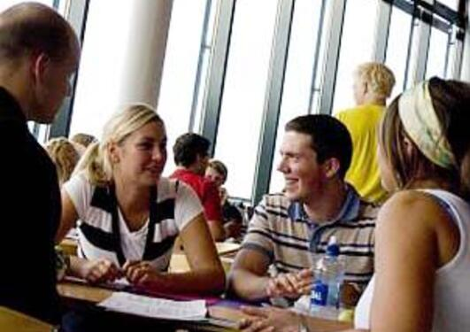 Bilde av studenter i kantinen ved Det juridiske fakultet