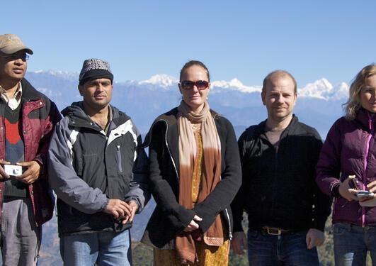 HIMALINES: Nepalesiske og bergenske samarbeidspartnarar på utflukt. Her på...