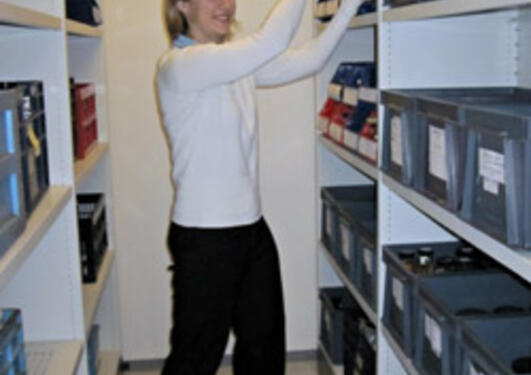 Katrine Kongshavn viser hvordan MAREANO-materiale lagres i Bergen Museums...
