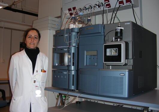 Avdelingsingeniør PhD Ersilia Bifulco med ett av kjernefasilitetens LC-MS/MS...