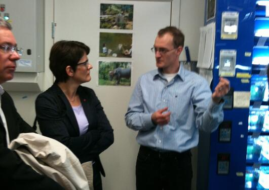 Minister of Fisheries and Coastal Affairs Lisbeth Berg-Hansen in the guppy lab