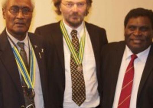 Professor Edvard Hviding med Job Duddeley Tausinga til venstre og...
