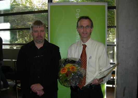 Prisvinner Knut Børve (t.h.), professor ved Kjemisk institutt, sammen med...