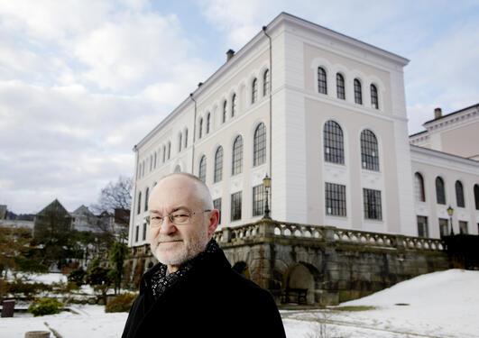 Rektor Sigmund Grønmo foran museets sydfløy, som skal huse den nye aulaen.