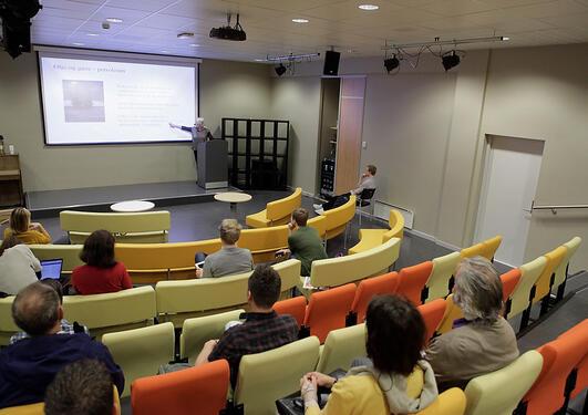 I auditoriet på Bergen offentlige bibliotek kunne publikum få med seg tolv...