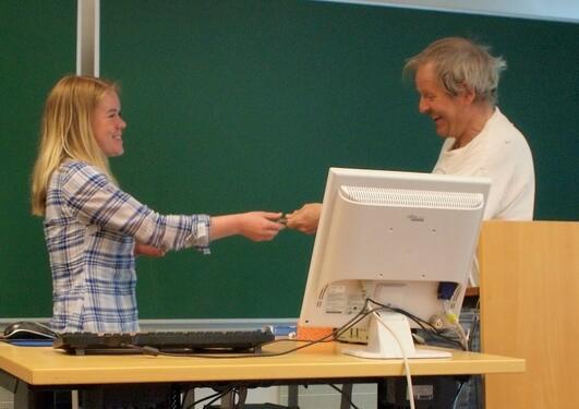 Petter Bjørstad mottar nøkkelen til instituttet fra administrasjonssjef Ida...