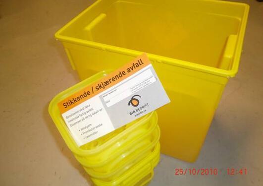 Problemavfall skal avhendast i gule plastbehaldarar.
