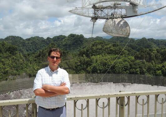 Professor Jesper Gjerløv ved Arecibo observatoriet.