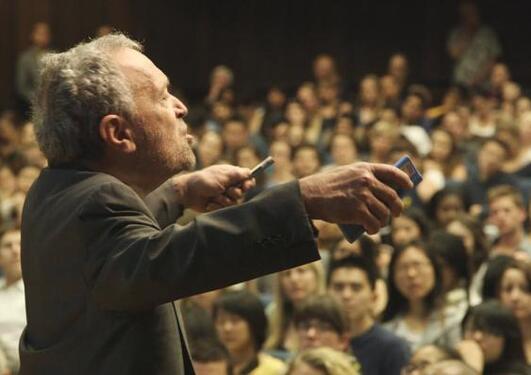 Bilde fra filmen Inequality for All, som blir vist for studenter og ansatte...