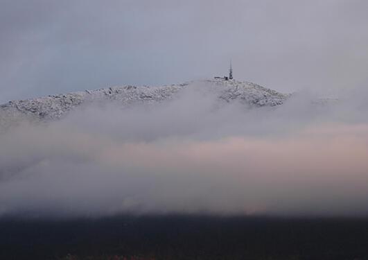 Lave skyer over Bergen en vinterdag