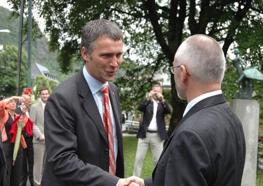 Jens Stoltenberg besøker UiB 7. september 2011. På bildet håndhilser...