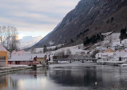 Fagre Stryn ein vinterdag, med utsikt over Strynselva og fjellet Skåla i...
