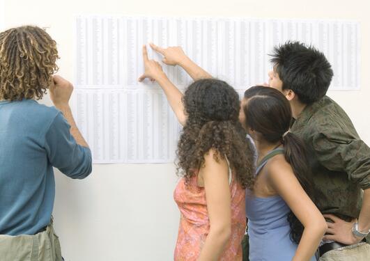 Færre studenter ved UiB trenger å bekymre seg for å sjekke karakterene, viser nye tall.