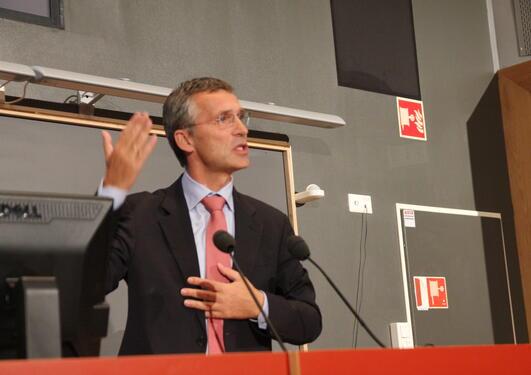 """Statsminister Jens Stoltenberg holder foredrag om """"Demokrati og deltakelse"""" i..."""