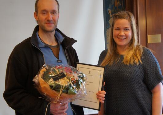 Mark Price fikk Undervisningsprisen 2011 av SU-leder Elfrid Krossbakken.