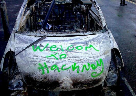 En utbrent bil står igjen etter opprørene i august 2011.